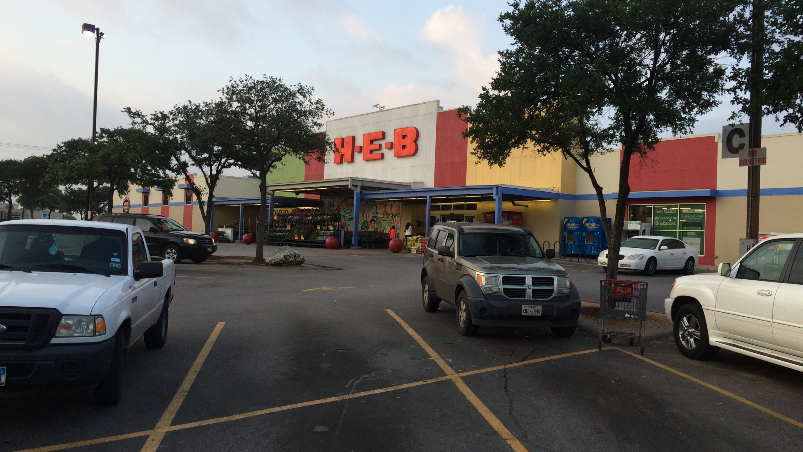 Woman robbed in HEB parking lot_123111