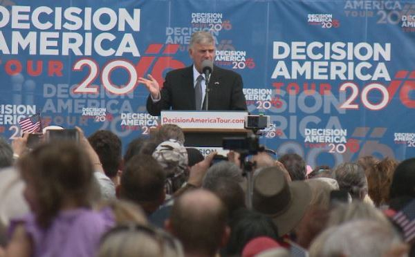 Franklin Graham at a prayer rally in front of the State Capitol_276995