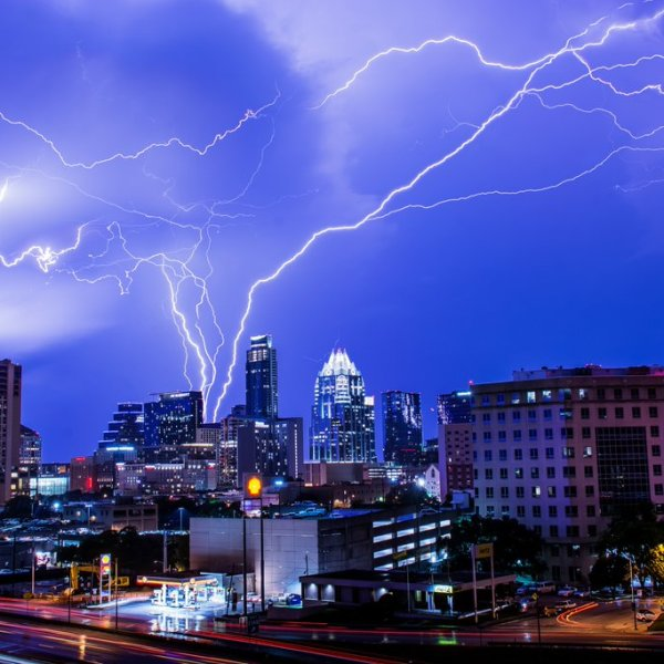 @AARONisWHATEVER back at it again with another great skyline lightning shot._286760