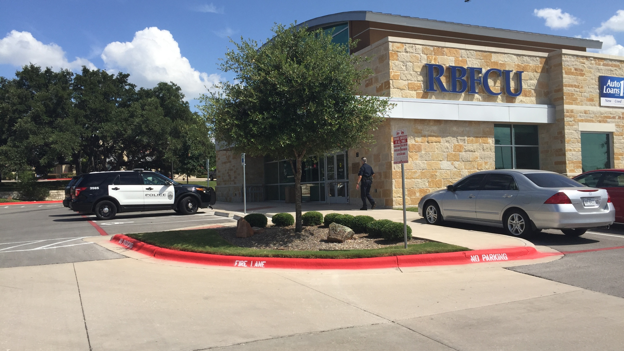 Police looking for South Austin RBFCU robber._310011
