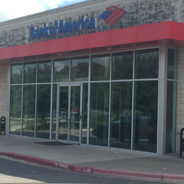 Police search for suspect who robbed the Bank of America at 701 Stassney Lane (KXAN Photo_Richie Bowes)_362009