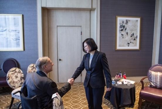 ga-tsai-handshake_crop_396920
