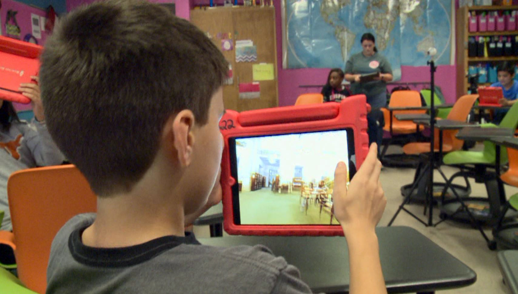 Deepark Middle School students learn about Pakistan through virtual reality. (KXAN Photo/Paul Shelton)
