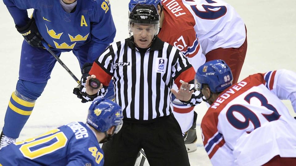 hockey-sochi-referee-gettyimages-468996499_521648
