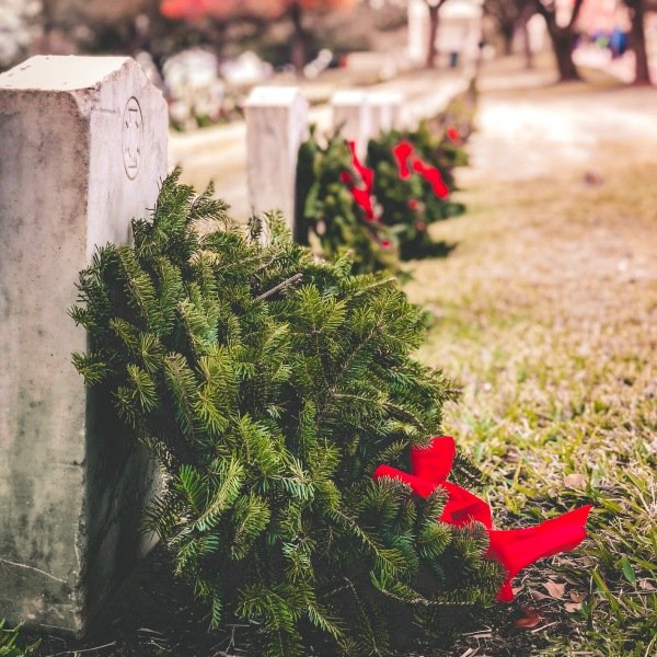 Wreaths laid to honor veterans_599307