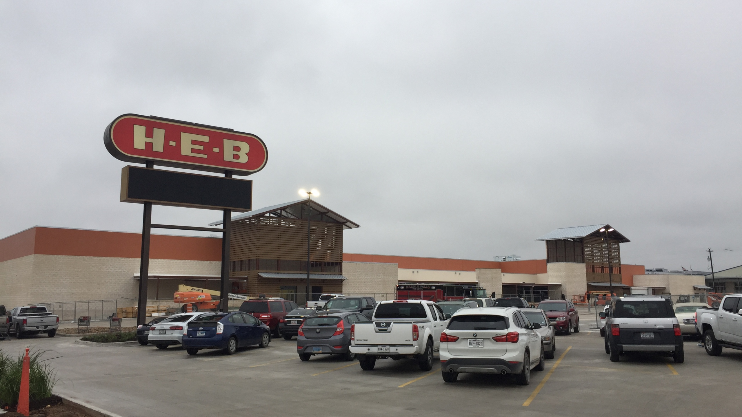 12.22.17 H-E-B Marble Falls store front_631602