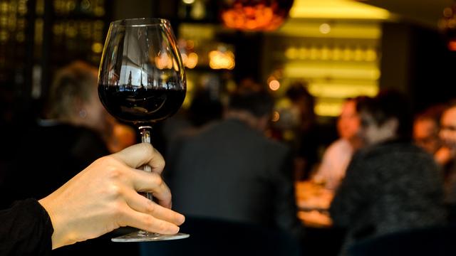 restaurant-person-single-drinking_1518642520422_342297_ver1-0_34201655_ver1-0_640_360_636705