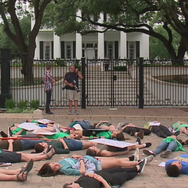 Teens stage 'die-in' at Governor's Mansion
