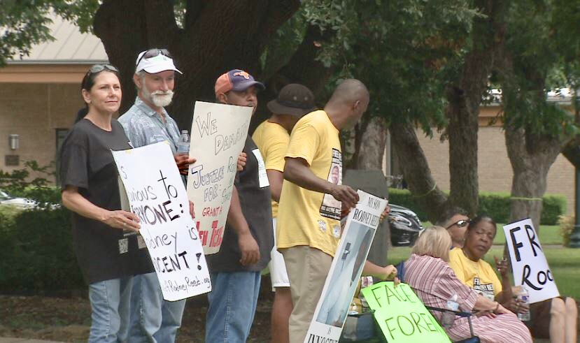 Rodney Reed family and friends hold protest outside Bastrop Co. DA office on 7.22.19