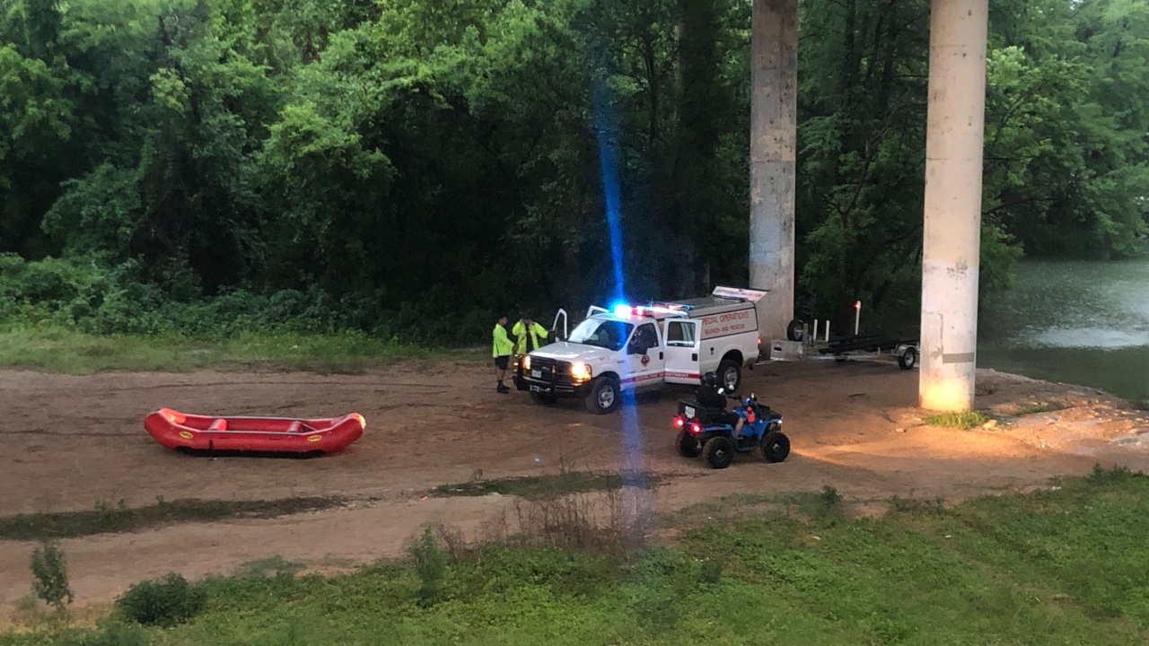 Multiple kayakers, paddle boarders on Lady Bird Lake get caught in storms