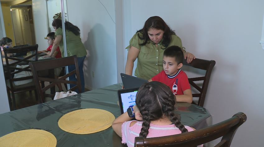 Elva Franco helps her son Jael with school (KXAN Photo/Ed Zavala)