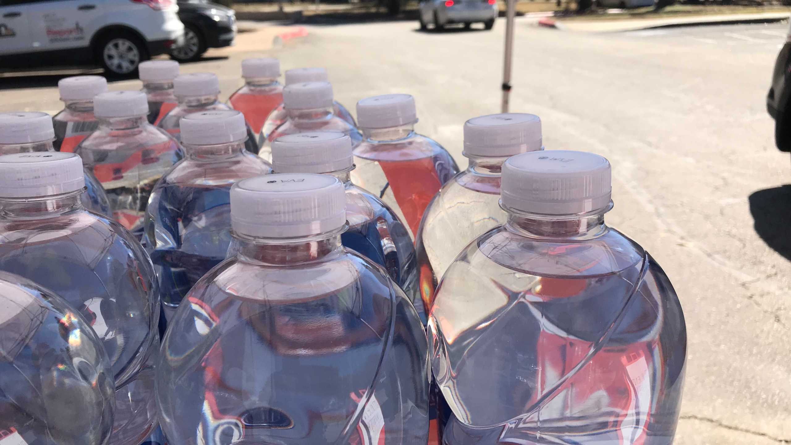 University of Texas New Student Services distributing bottled water at The Vibe Apartments Feb. 22, 2021 (KXAN/Ed Zavala)