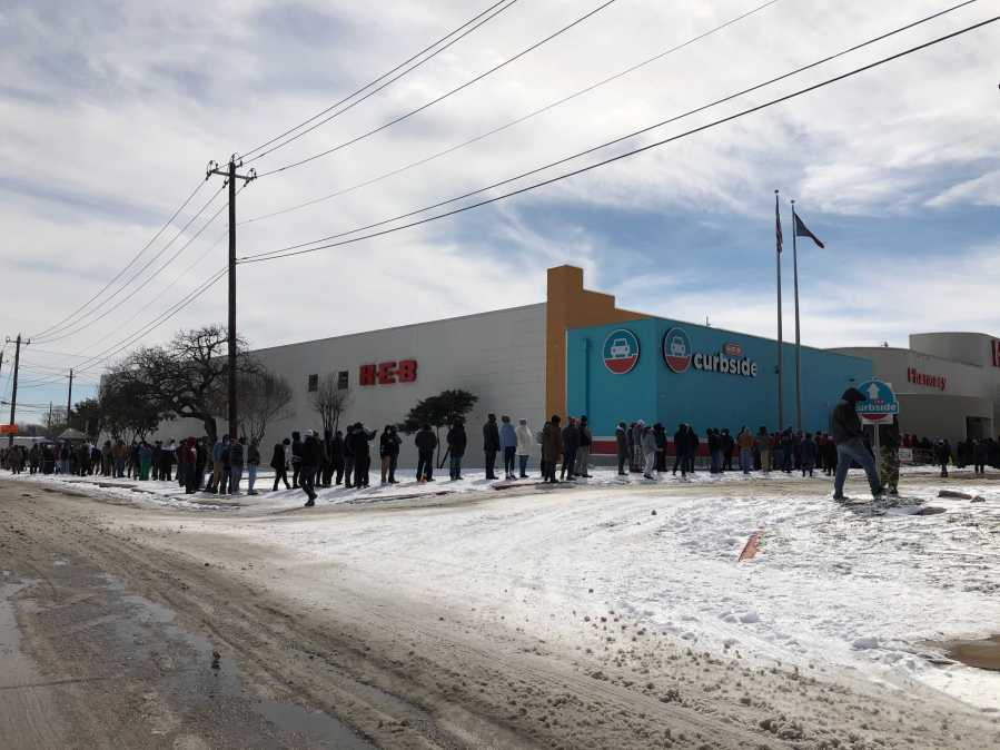 Line at H-E-B on William Cannon Feb. 16, 2021 (KXAN Photo/David Yeomans)