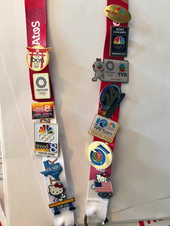 東京オリンピックピンで飾られたCandy Rodriguezのメディアひも(KXAN Photo / Candy Rodriguez)