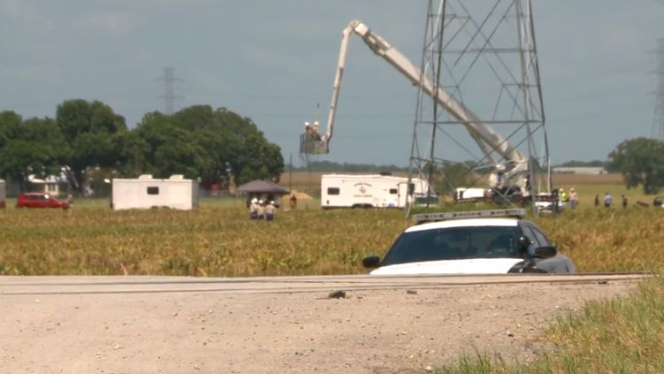 Authorities begin their investigation at the Lockhart balloon crash site in 2016. (KXAN Photo)