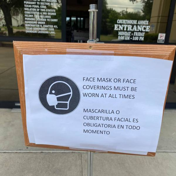 Sign outside Williamson County Justice Center explaining the mask rules as you enter (KXAN Photo/Kaitlyn Karmout)